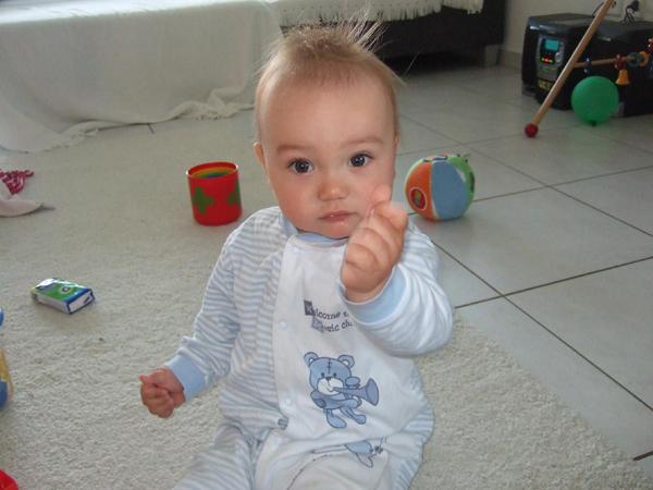 Das Kind zeigt in der Zwergensprache, dass es Milch möchte