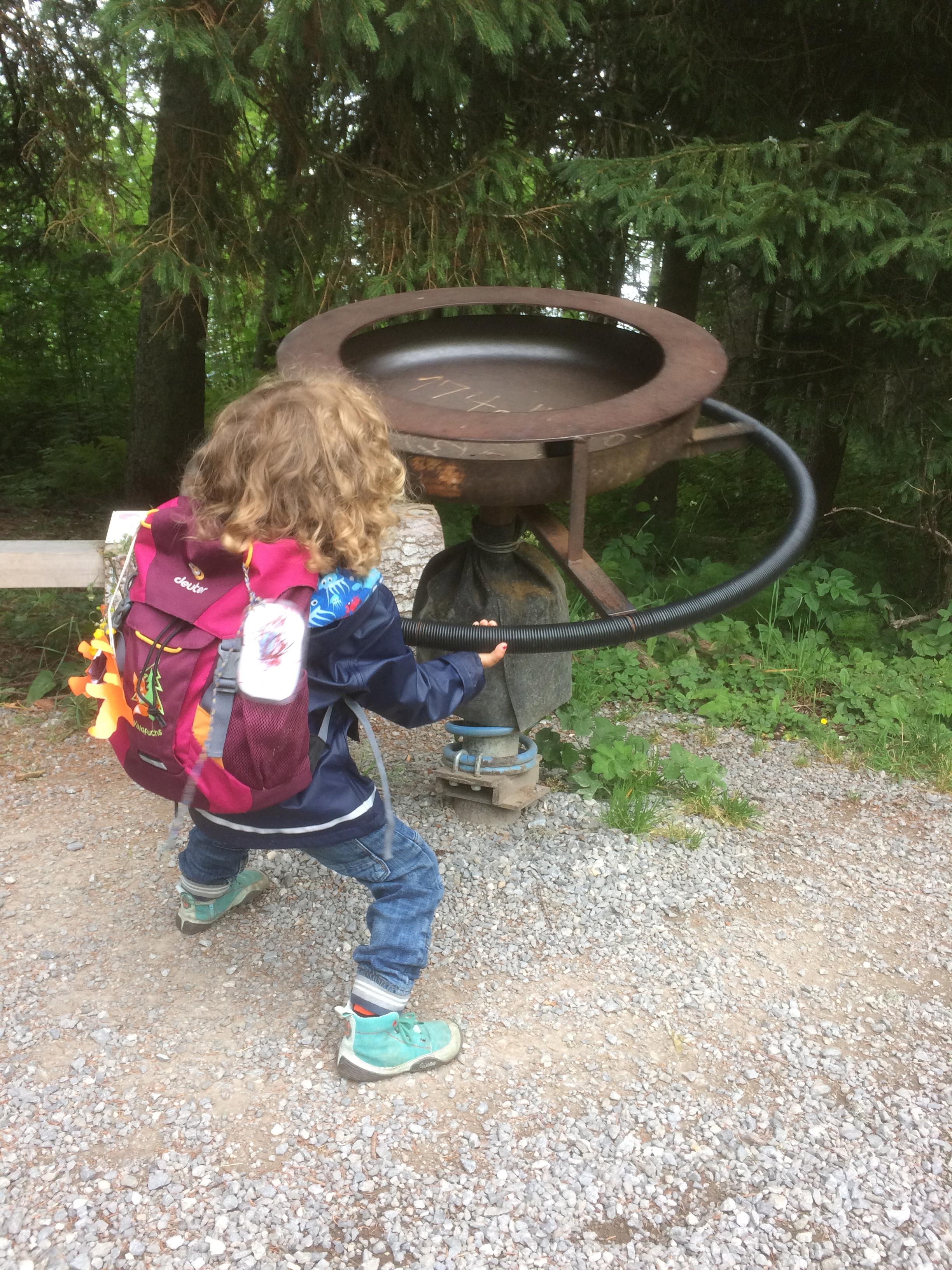 Krafteinsatz der Kinder auf der Familienwanderung auf dem Klangweg Toggenburg Wildhaus