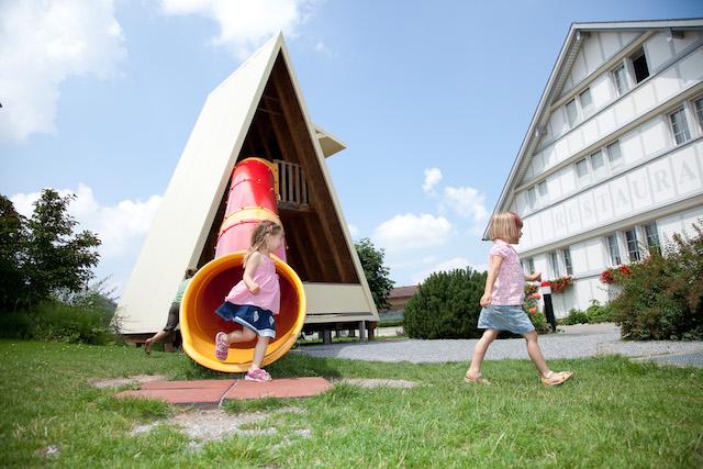 Nach einem erlebnisreichen Rundgang in der Schauchäsi, können sich die Kinder auf dem Spielplatz austoben.