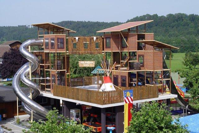 Auf dem 11 Meter hohem Rutschenturm der Abentüürwelt im Freizeitpark Niederbüren steigt der Adrenalinspiegel.