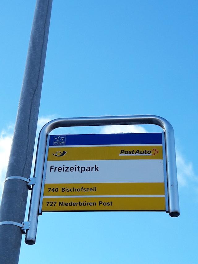 Das Postauto hält direkt vor dem Freizeitpark Niederbüren, sogar die Haltestelle heisst so.