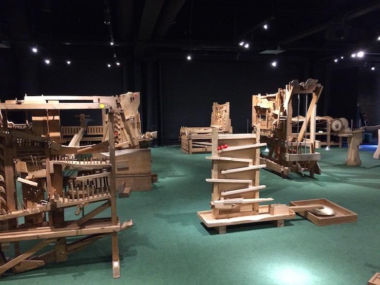 Riesige Kugelbahnen aus Holz mit verschiedensten Funktionen gibt es im Technorama Winterthur zum bestauen und ausprobieren.