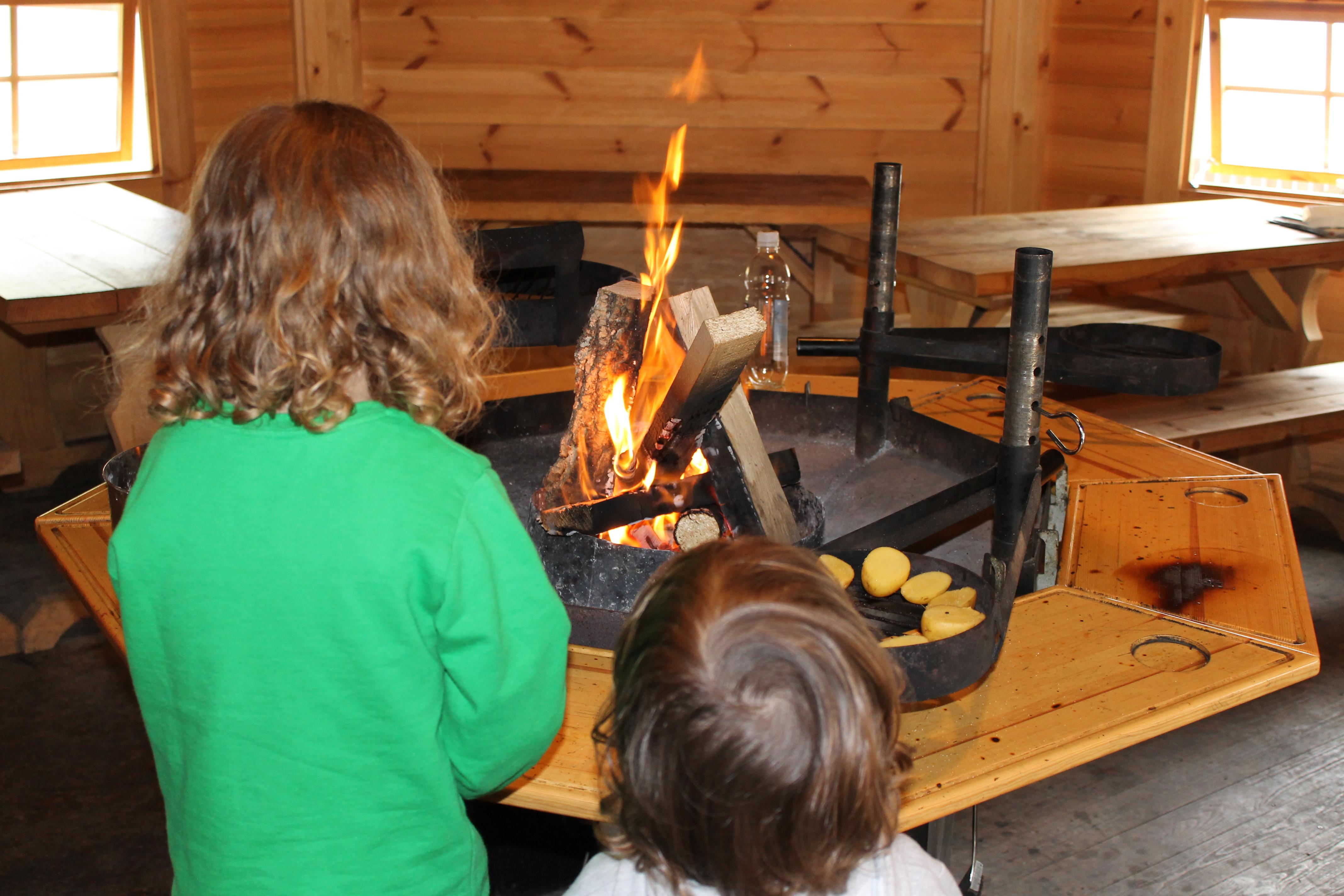 Kinder lieben es am offenen Feuer zu bräteln. Hier am Atzmännig