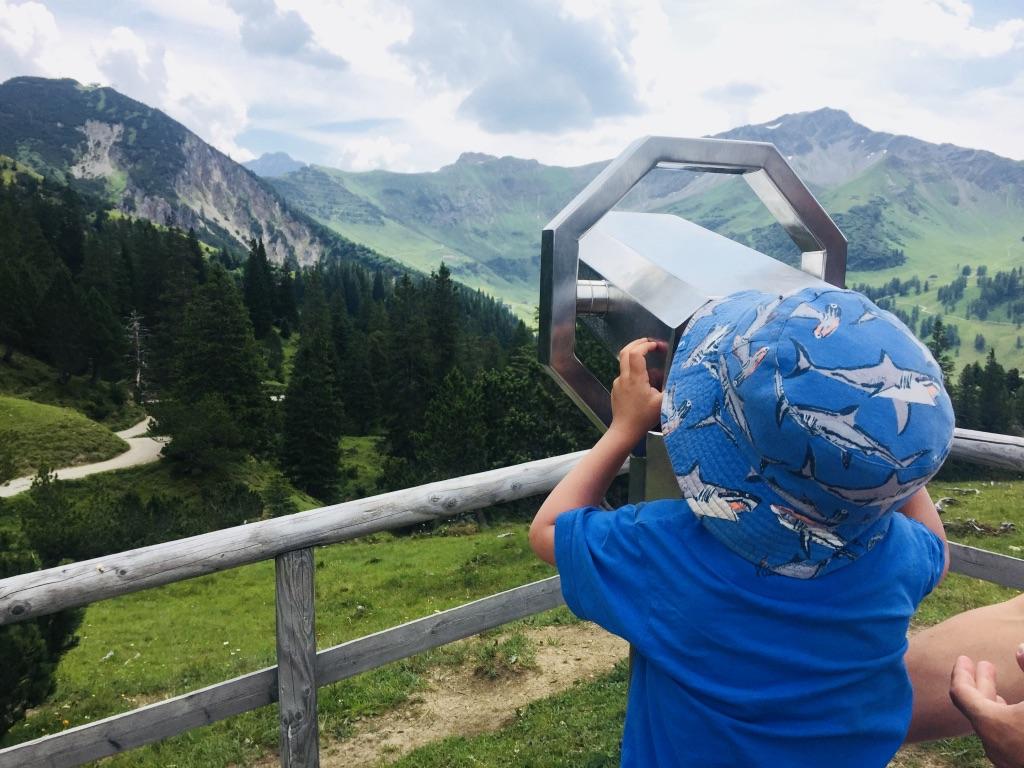 Nach dem Aufstieg zum Sass-Seeli darf man die Aussicht geniessen