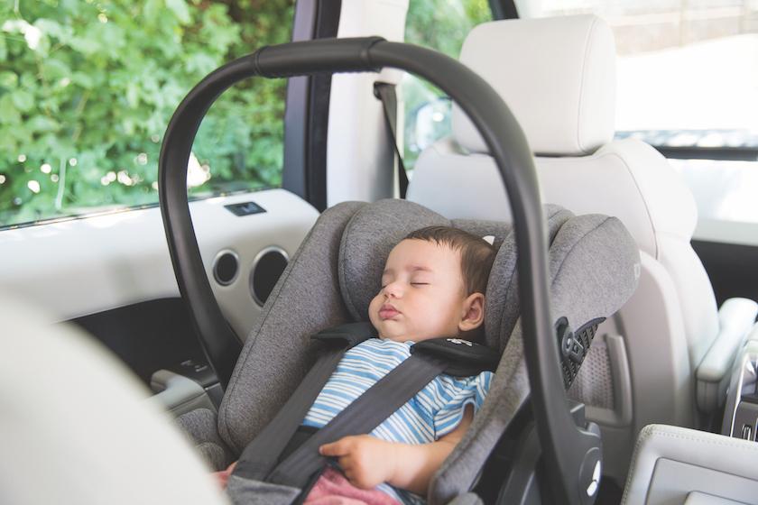Joie bietet eine Babyschale mit Liegefunktion die auch während der Fahrt genutzt werden kann.