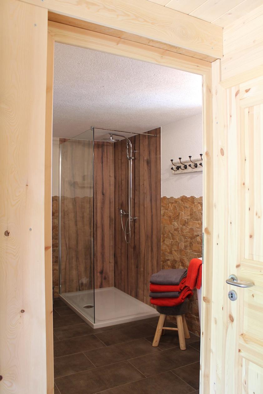 Dreckig werden in den Bauernhofferien: Kein Problem, es steht ein modernes Badezimmer zur Verfügung.