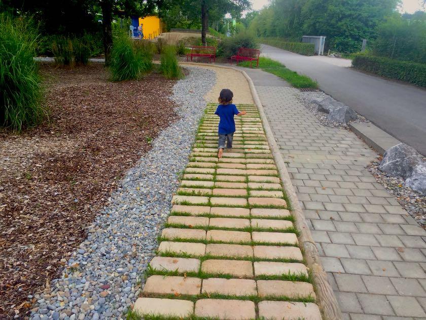 Im Ravensburger Spieleland gibt es nebst den Bahnen auch einen tollen Barfussweg