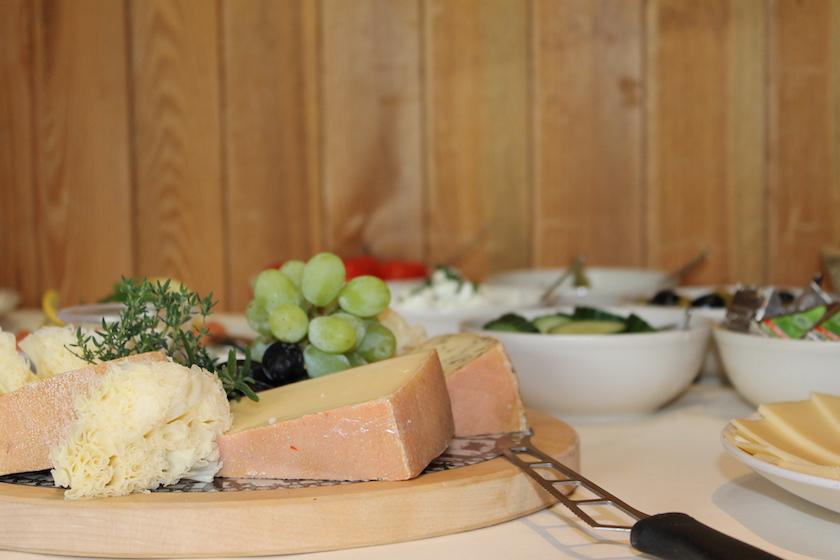 Bauernbrunch mit Käse, Fleisch, Brot und anderen Leckerein auf dem Bauernhof der Familie Rüegg in Ermenswil.