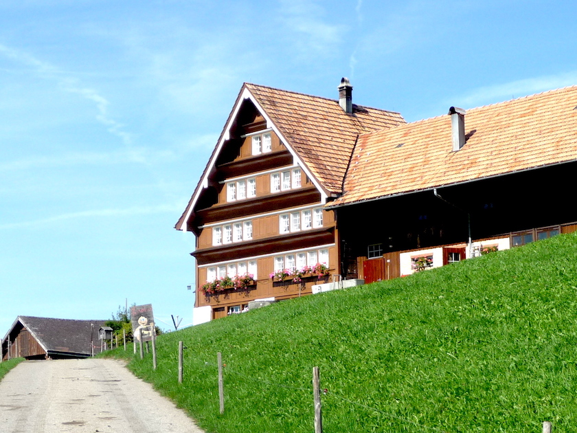 Der Chnobelweg Hemberg führt an wunderschönen Häusern vorbei. Typisch Neckertal.