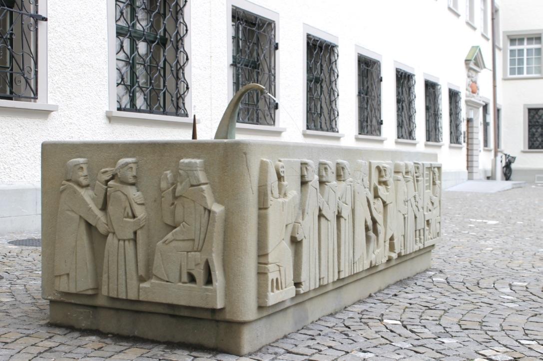 Ein Brunnen aus der Vergangenheit mit spezieller Bildhauerkunst im Stiftsbezirk St.Gallen