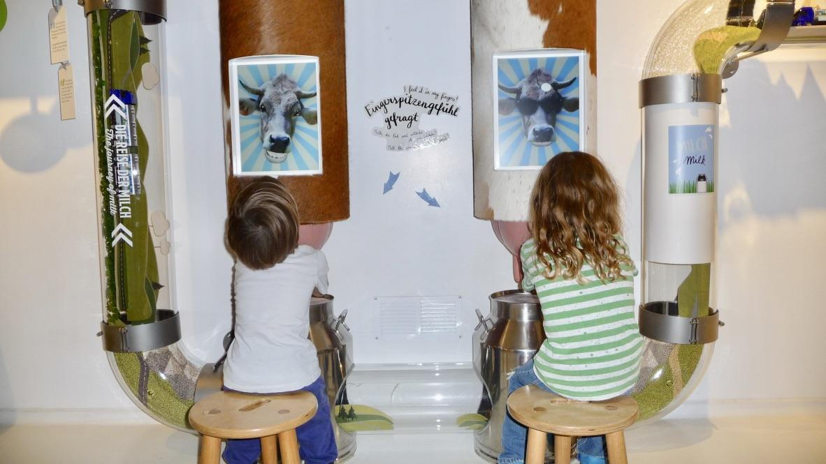Die Kinder können verschiedene Sachen in der Schokoladenfabrik Maestrani ausprobieren