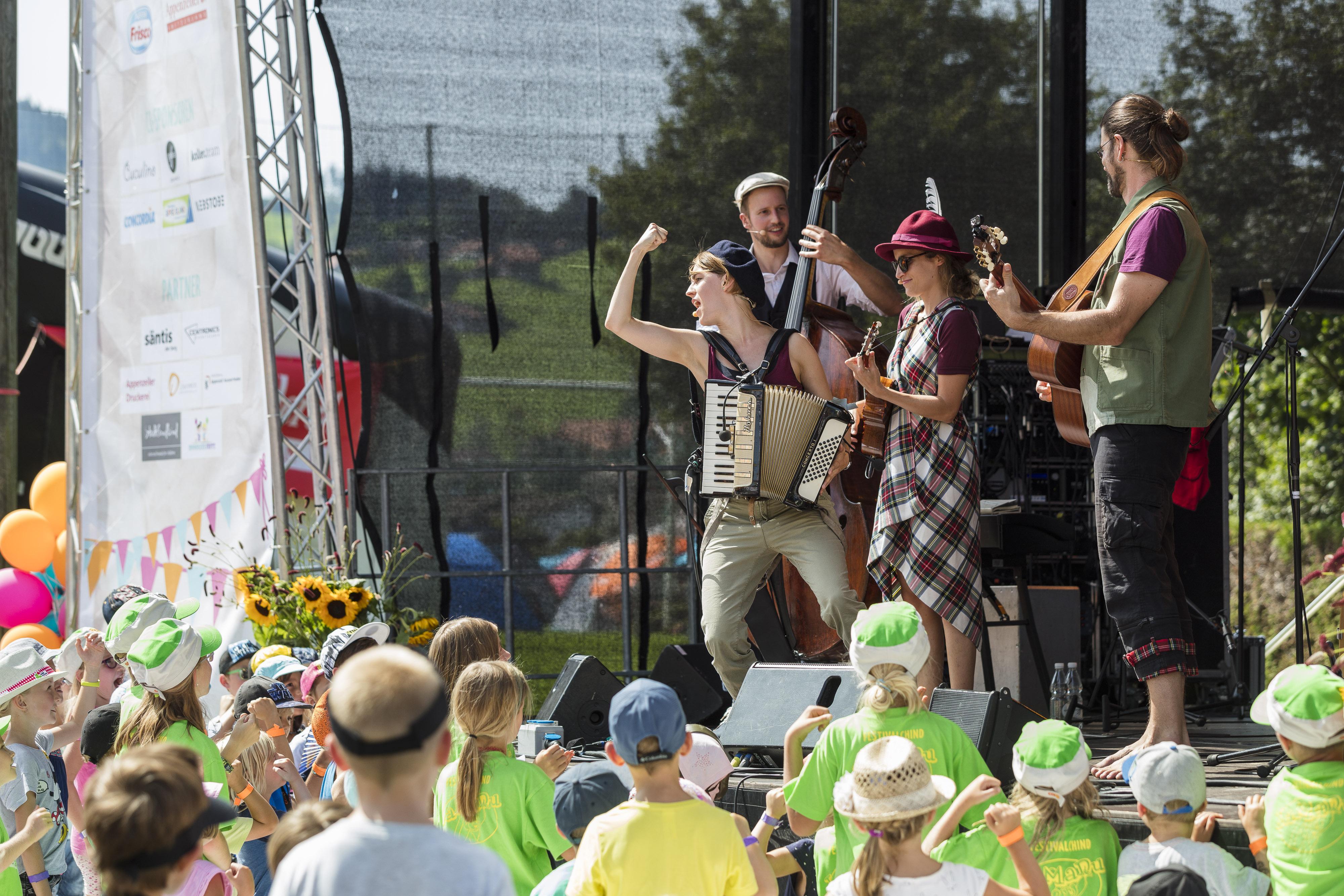Die Kindermusik auf der Bühne begeistert die Kleinen und Grossen im Publikum.