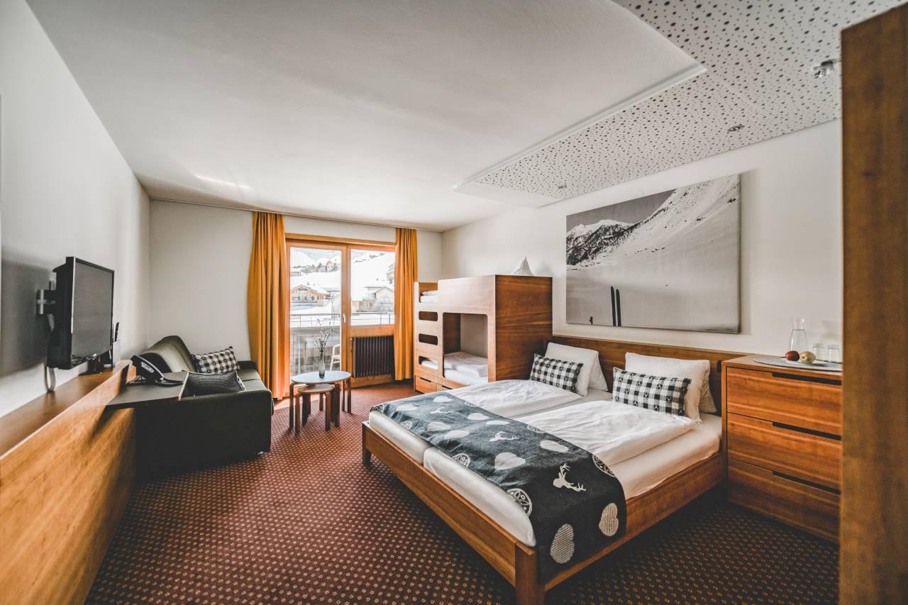 Das Familienzimmer im Hotel Gorfion ist mit einem Stockbett und einem ausziehbaren Sofa ausgestattet