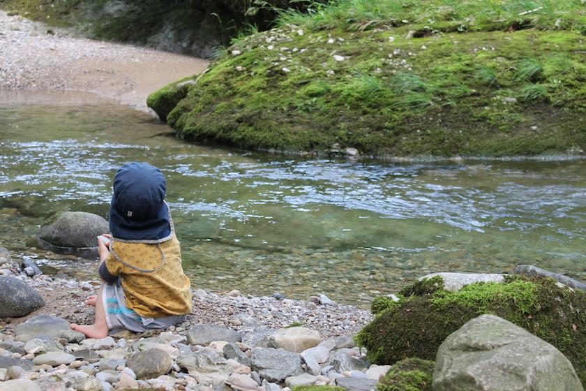 Ein Platz am Wasser für die Mittagspause auf der Familienwanderung.