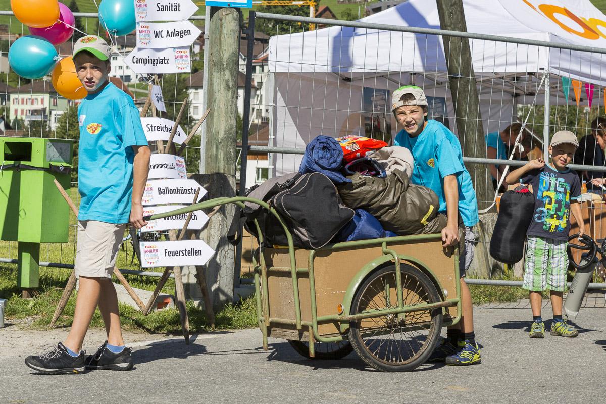 Am Familienfestival helfen alle mit. Die Wägelichind transportieren für die Gäste das Gepäck aufs Gelände