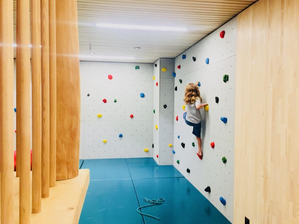 Die Kletterwand im Spielzimmer des Familienhotels Gorfion ist nur ein kleiner Teil der Kinderangebote