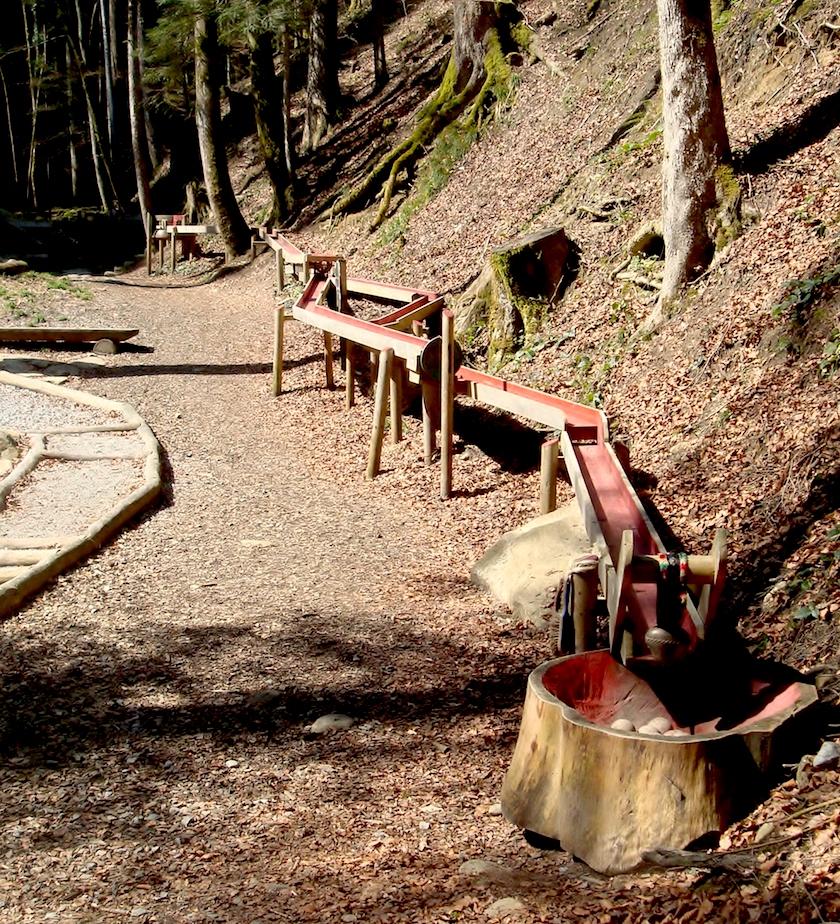 Die grosse Holzkugelbahn ist eine der Stationen auf dem Themenerlebnisweg in Ebnat-Kappel