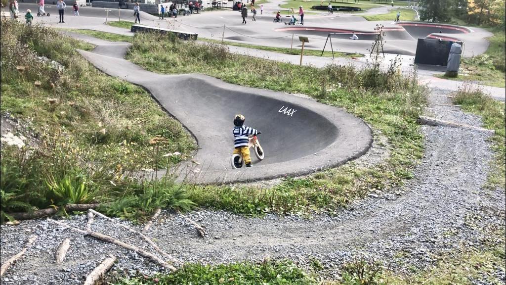 Auf dem Pumptrack in Laax fühlen sich auch die Kleinen mit dem Laufrad wohl