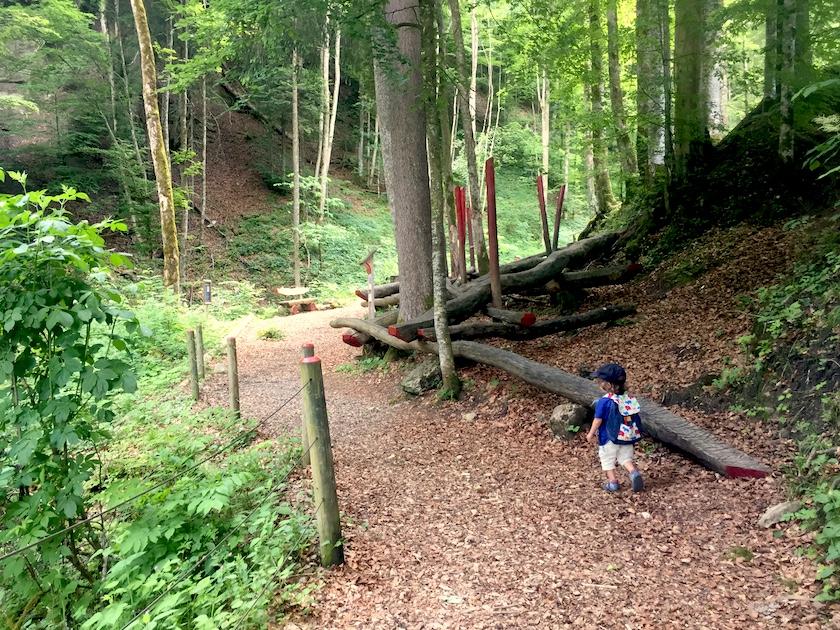 Balancieren auf den Balancierstämmen im Sinnepark Ebnat-Kappel im Toggenburg.