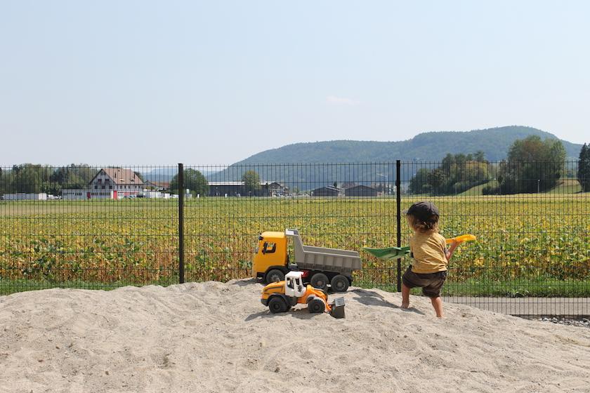 Auch der riesige Sandkasten draussen im Garten lädt zum verweilen im Sand ein. Inkl. elektrischer Kinderbagger im Baggermuseum