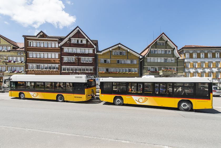 Postauto mit grossem Personenanhänger in Urnaesch