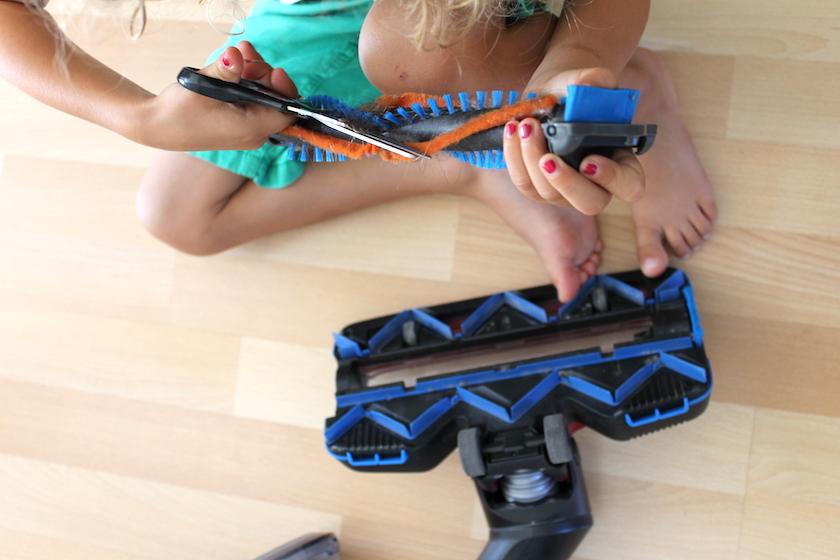 Der Philips SpeedPro Max Akkustaubsauger muss regelmässig von eingewickelten Haaren entfernt werden.