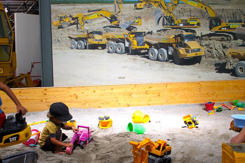 Ein riesiger Sandkasten in passender Kulisse. Im Baggermuseum EBIANUM in Fisibach können die Kinder in Ruhe baggern.