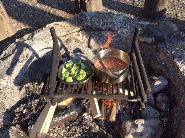 Auf der öffentlichen Schweizer Familie Feuerstelle am Atzmännig kann man direkt am Wasser bräteln und kochen