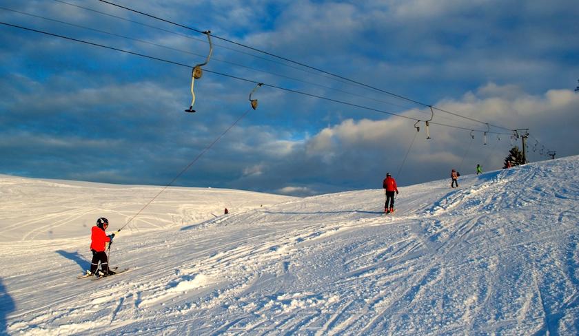 Der Skilift Hemberg ist geeignet für Familien. Tellerlieft und Zauberteppich sind vorhanden.