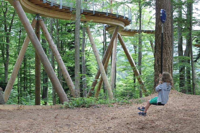 Seilbahn auf dem Waldspielplatz beim Ausflug mit Kindern im Toggenburg