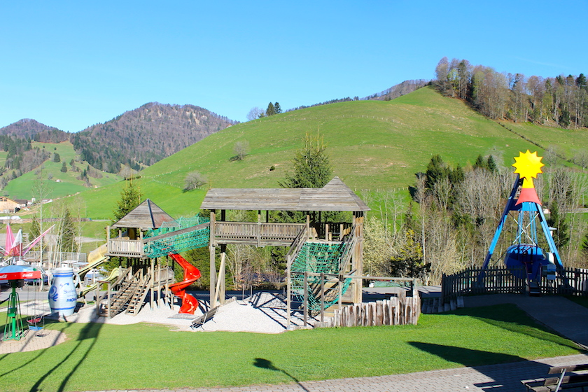 Im Freizeitpark Atzännig können sich die Kinder auf dem grossen Spielplatz austoben.