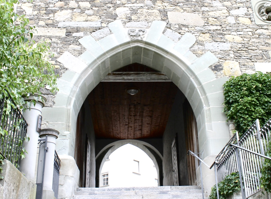UNESCO Weltkulturerbe Stiftsbezirk St.Gallen mit alten Torbogen