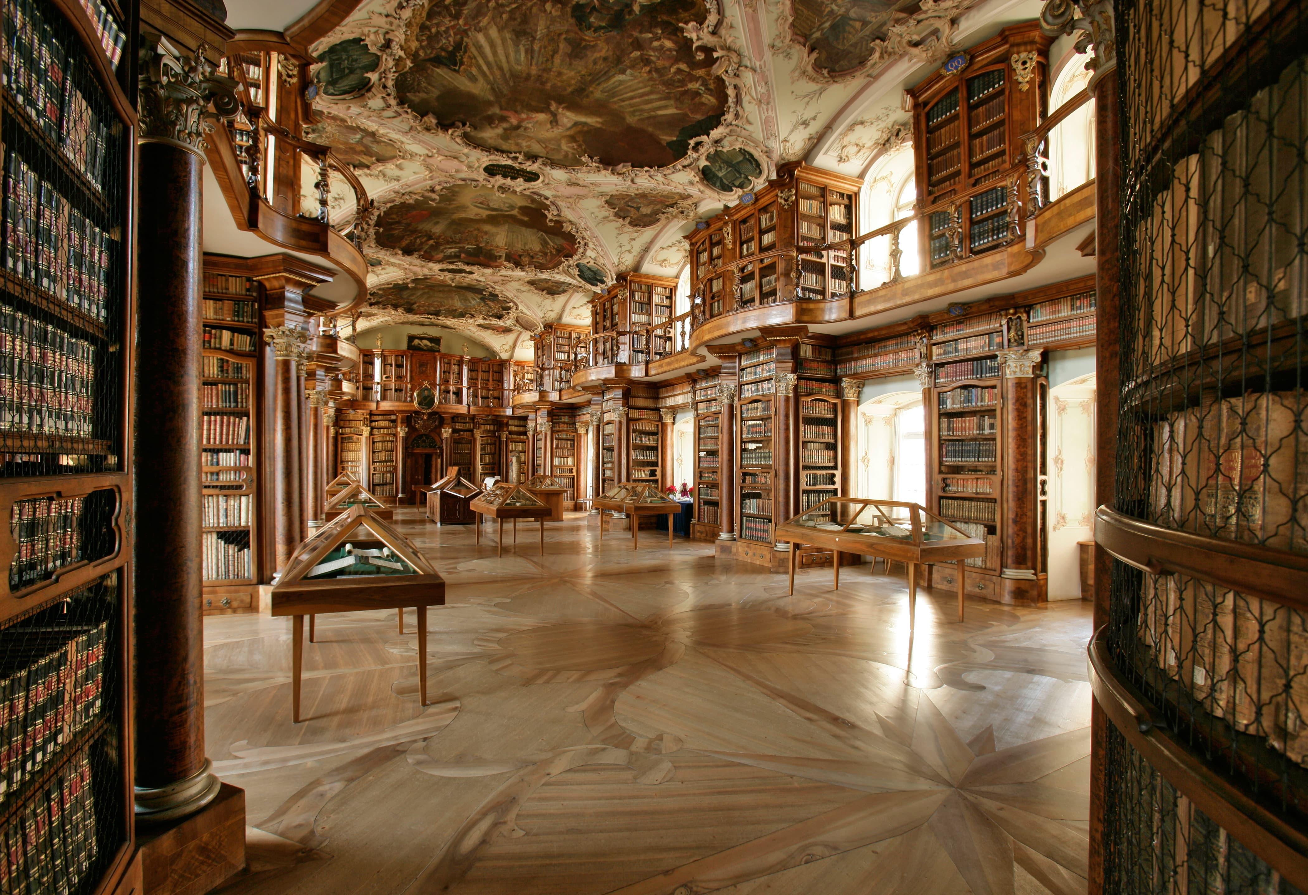 Während der Rätseltour für Familien im Stiftsbezirk, besucht man auch die berühmte Stiftsbibliothek St.Gallen mit Kindern