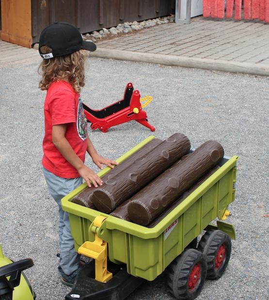 Auf dem Claas-Fahrzeugpark im Ravensburger Spieleland können die Kinder Traktoren und ihr Zubehör ausprobieren.