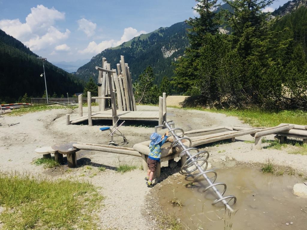 Auf dem Wasserspielplatz in Malbun lassen sich Stunden verbringen